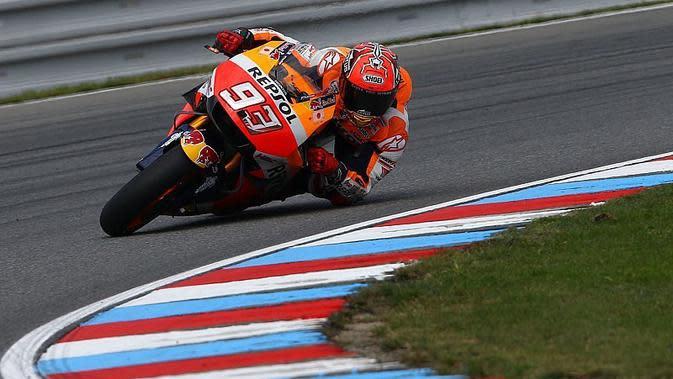 Pebalap Honda, Marc Marquez, nyaris mengalami kecelakaan pada sesi latihan bebas kedua MotoGP Brno, Jumat (19/8/2016). (Motorsport)