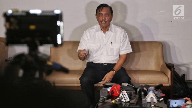 Menko Bidang Kemaritiman Luhut Binsar Pandjaitan memberi keterangan pers menjelang pengumuman hasil Pemilu 2019 di Hotel Akmani Jakarta, Senin (20/5/2019). Kepada pihak yang tidak sepakat dengan hasil Pemilu 2019, dipersilahkan mengadukan ke pihak yang berwenang. (Liputan6.com/Johan Tallo)