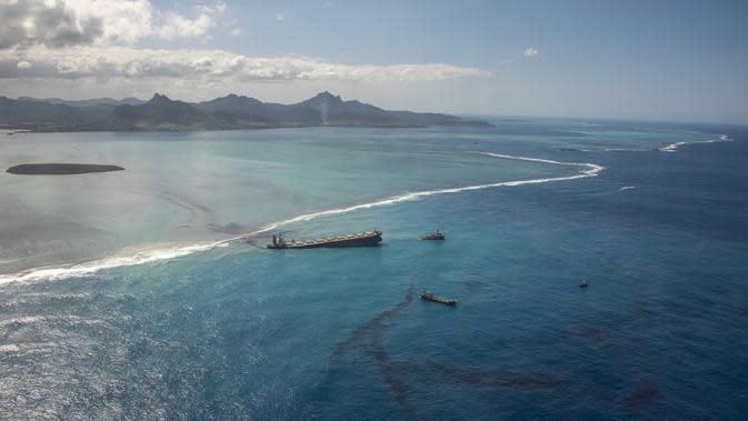 Tumpahan minyak mencemari lepas pantai tenggara Mauritius, Minggu (9/8/2020). Mauritius memberlakukan status darurat setelah kapal Jepang, MV Wakashio, kandas dan menumpahkan 1.000 metrik ton minyak mentah. (Gwendoline Defente/EMAE via AP)