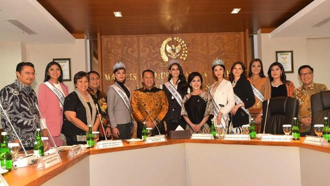 Ketua MPR RI Bambang Soesatyo dan para Wakil Ketua MPR RI bersama dengan enam finalis Puteri Indonesia 2020 (Dok.MPR RI)