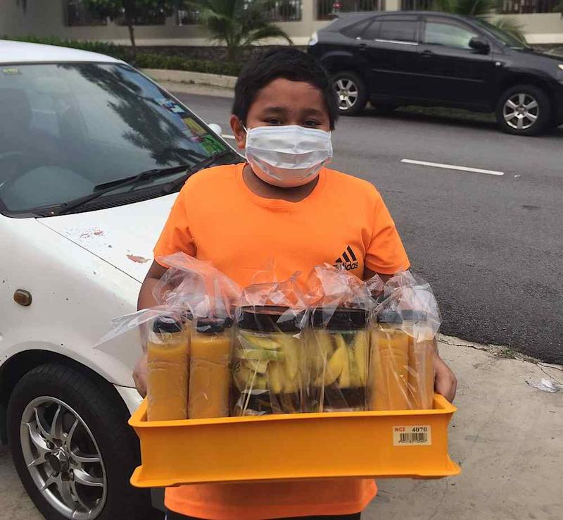 Clad in a facemask, Danish and his family offer free delivery for orders around Puchong. — Picture via Twitter/@Sally_Dinie.