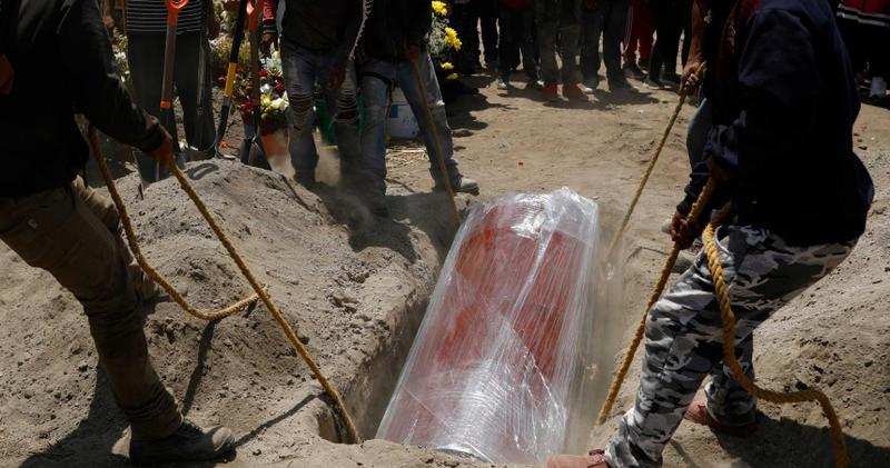 墨西哥境內死亡率居高不下,首都公墓幾乎已經塞不下。(圖/達志/美聯社)