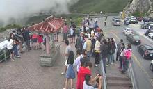 合歡山武嶺亭擠滿人 難維持社交距離遊客卻沒戴口罩