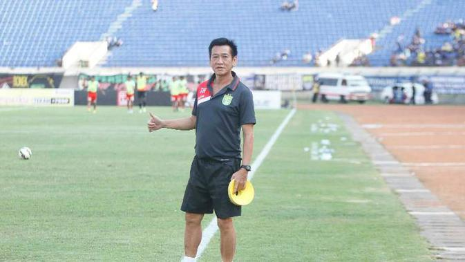 Asisten pelatih Borneo FC, Tony Ho jadi dokter dadakan saat mengalami gejala tifus.