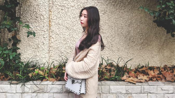 ilustrasi perempuan jatuh cinta/Photo by jing xiu on Unsplash