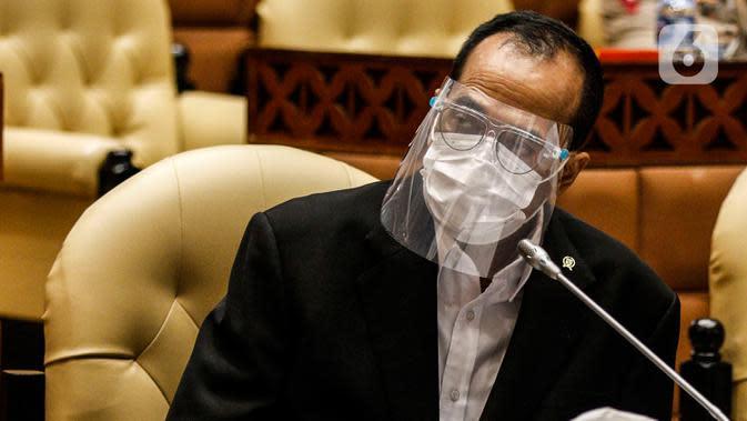 Menteri Perhubungan Budi Karya Sumadi (tengah) mengikuti Rapat Kerja dengan Komisi V DPR, di kompleks Parlemen, Senayan, Jakarta, Rabu (1/7/2020). Rapat tersebut membahas evaluasi sarana dan prasarana arus mudik dan balik Lebaran 2020. (Liputan6.com/Johan Tallo)
