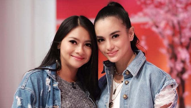 Kedua kakak beradik ini sukses bermain berbagai judul film, FTV, dan sinetron. Ririn Ekawati dan Rini Yulianti pun sering dikira sebagai anak kembar. (Liputan6.com/IG/@ririnekawati)