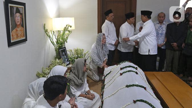 Menteri Pertahanan Prabowo Subianto tiba untuk melayat KH Salahuddin Wahid atau Gus Sholah di rumah duka, Tendean, Jakarta, Senin (3/2/2020). Gus Sholah akan dimakamkan bersebelahan dengan Abdurahman Wahid atau Gus Dur di Pondok Pesantren Tebuireng Jombang. (Liputan6.com/Herman Zakharia)