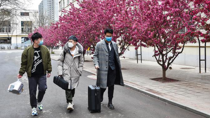 Mahasiswa Universitas Teknologi Taiyuan berjalan di area kampus, Taiyuan, Provinsi Shanxi, China, Jumat (10/4/2020). Gelombang pertama mahasiswa program sarjana, pascasarjana, dan doktor dengan tugas penelitian di Shanxi mulai kembali menjalani perkuliahan pada 10 April 2020. (Xinhua/Chai Ting)