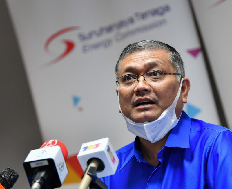 Minister of Energy and Natural Resources Datuk Shamsul Anuar Nasarah said the government has decided to extend discounts offered on electricity bills until December this year. — Bernama pic