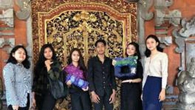 Peserta ISCC 2020 (SMAN 2 Denpasar) dengan produk karya mereka, Kastic Pillow. (dok. rilis PJI)