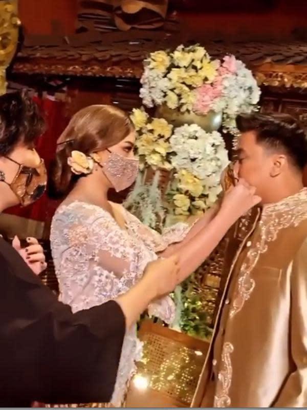 Dalam unggahan di akun instagram yang sudah terverifikasi @anneavantieheart, perancang busana kelahiran Semarang 54 itu membagikan video singkat Manda dan Billy mengenakan busana pengantin rancangannya. (Instagram/anneavantieheart)