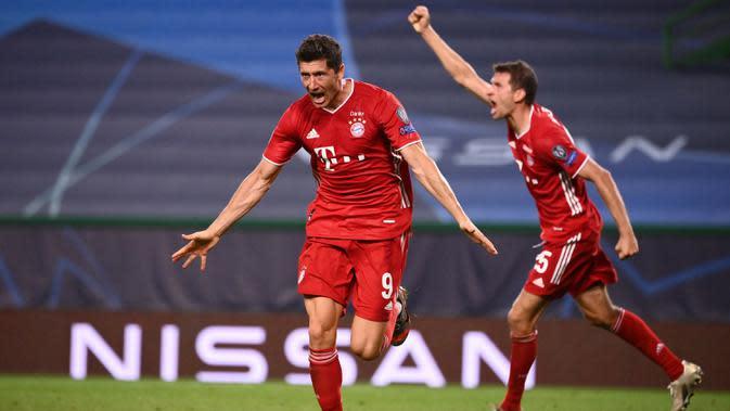 Penyerang Bayern Munchen, Robert Lewandowski berselebrasi usai mencetak gol ke gawang Lyon pada pertandingan Semifinal Liga Champions di stadion Jose Alvalade di Lisbon, Portugal, Rabu, (19/8/2020). Munchen menang telak 3-0 dan melaju ke Final. (Franck Fife / Pool via AP)