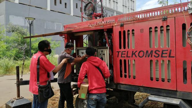 Teknisi Telkomsel menyiapkan BTS mobile (COMBAT) di area Rumah Sakit Darurat Covid-19 Wisma Atlet Kemayoran, untuk mendukung penguatan sinyal seluler Telkomsel dalam rangka menyediakan akses telekomunikasi di lokasi tersebut, Minggu (22/3).