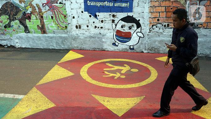 Warga melintasi Jalur Khusus pejalan kaki di Jalan Teladan, Cipete, Jakarta, Rabu (6/11/2019). Jalur yang letaknya bersebelahan dengan Stasiun MRT Cipete Raya tersebut dikhususkan untuk pejalan kaki dan pesepeda. (Liputan6.com/Johan Tallo)