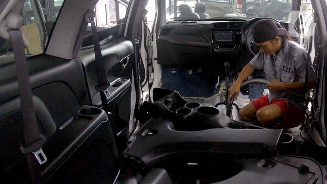 Pekerja mengeringkan bagian dalam mobil yang terkena banjir di bengkel Detailing, Shop, Garage (DSG) di kawasan Pondok Pinang, Jakarta, Kamis (9/1/2020). Pascabanjir yang melanda Jakarta pada 1-3 Januari lalu, tercatat 35 mobil memasuki bengkel ini untuk diperbaiki. (merdeka.com/Arie Basuki)