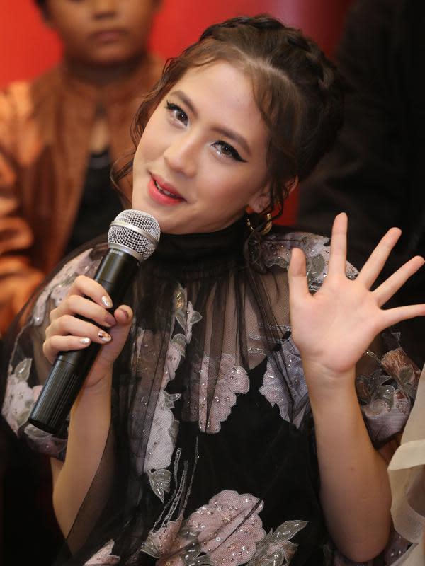 Dalam film horor pertamanya ini, Zara JKT48 banyak belajar menjaga emosinya agar tetap stabil selama menjalani syuting. Belajar dari para senior yang terlibat dalam film tersebut. (Adrian Putra/Fimela.com)