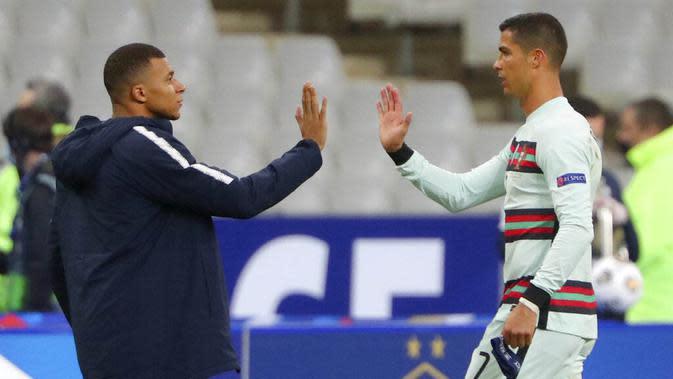Striker Portugal, Cristiano Ronaldo dan striker Prancis, Kylian Mbappe, usai laga UEFA Nations League di Stadion Stade de France, Senin (12/10/2020). Kedua tim bermain imbang 0-0. (AP Photo/Thibault Camus)