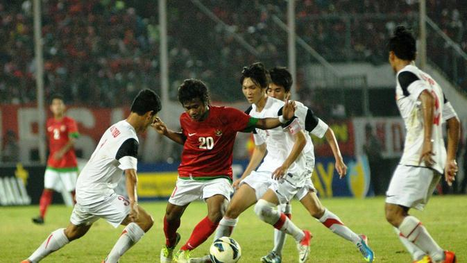 Pemain Timnas Indonesia U-19, Ilham Udin Armaiyn, dikepung pemain Vietnam saat kedua tim bertemu di Piala AFF U-18 2013. (Aseanfootball.org)