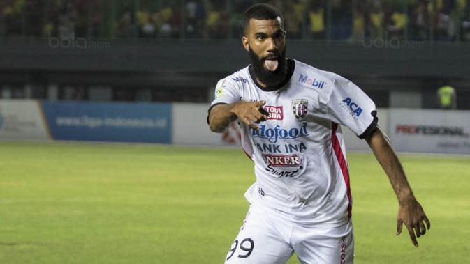 Striker Bali United, Sylvano Comvalius, merayakan gol yang dicetaknya ke gawang Bhayangkara FC pada laga Liga 1 Indonesia di Stadion Patriot, Bekasi, Jumat (29/9/2017). Bhayangkara menang 3-2 atas Bali. (Bola.com/Vitalis Yogi Trisna)