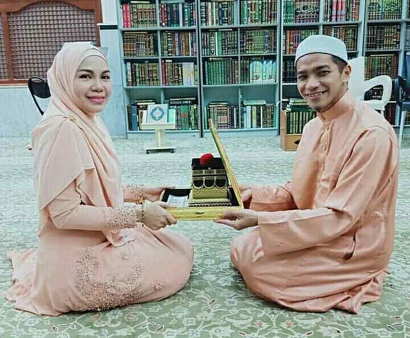 Nik Farhan pictured with his second wife, a single mum-of-eight said to be a specialist doctor. — Picture via Instagram/daifarhan