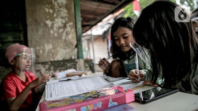 Seorang siswi saat mengikuti kegiatan pembelajaran jarak jauh di rumahnya di RT 003 RW 006 Bendungan Hilir, Tanah Abang, Jakarta, Jumat (14/8/2020). Selama Covid-19, anak-anak memanfaatkan televisi yang ada untuk mengikuti pelajaran sekolah yang disiarkan TVRI. (Liputan6.com/Faizal Fanani)