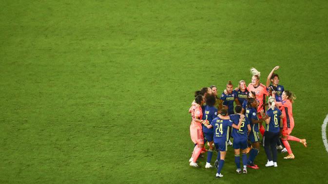 Para pemain Lyon melakukan selebrasi usai mengalahkan Wolfsburg pada final Liga Champions Wanita di Stadion Anoeta, San Sebastian, Spanyol, 30 Agustus 2020. (Sergo Perez/Pool via AP)