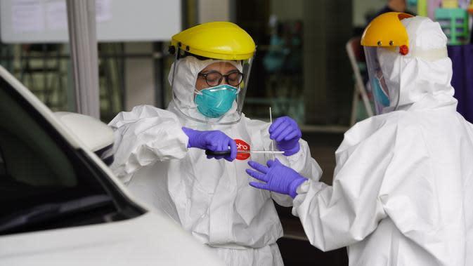 Aktivitas petugas Balai Laboratorium Kesehatan Provinsi Jawa Barat saat mengambil sampel dahak dan lendir tenggorokan hidung (swab test) anggota Klaster GBI Lembang, di Kota Bandung, Minggu (29/3/20) lalu.
