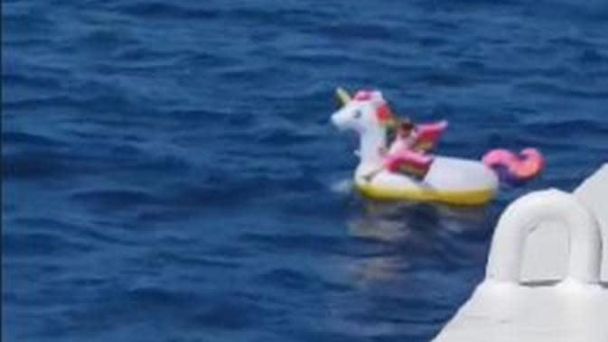 Bocah 3 tahun terombang-ambing di atas pelampung unicorn di laut Yunani. (dok. screenshot video Facebook/Greek City Times)