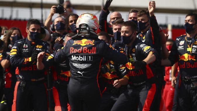 Pembalap Red Bull Max Verstappen merayakan kemenangan pada 70th Anniversary Formula 1 Grand Prix di Sirkuit Silverstone, Silverstone, Inggris, Minggu (9/8/2020). Max Verstappen sukses menjadi yang tercepat dalam F1 GP Silverstone 2020. (Bryn Lennon, Pool via AP)