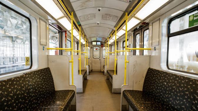 Gerbong kereta bawah tanah yang kosong di Berlin, ibu kota Jerman (22/3/2020). Demi menahan laju penyebaran coronavirus baru (COVID-19), Jerman melarang pertemuan publik lebih dari dua orang, menurut langkah terbaru negara tersebut yang diumumkan pada Minggu (22/3). (Xinhua/Binh Truong)