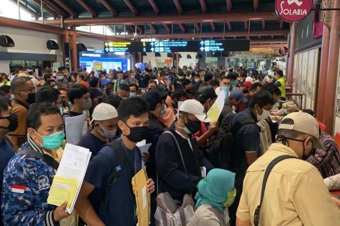 A photo of long queues at Jakarta's main airport Soekarno-Hatta.