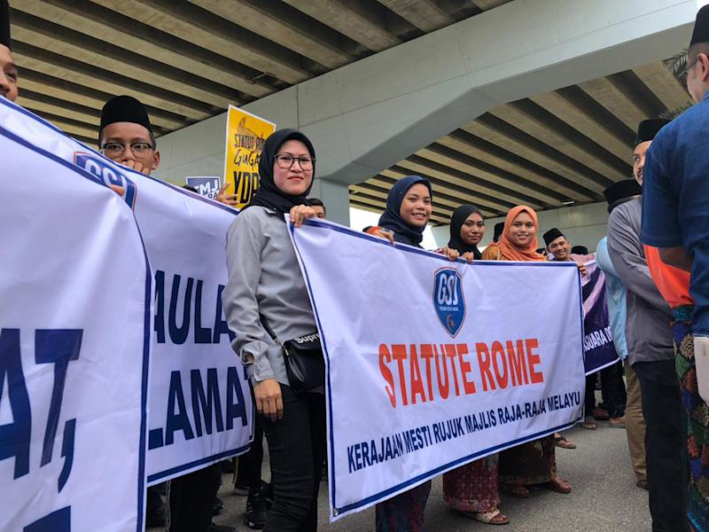 Protesters stating their stand against the government's decision to accede the Rome Statute near the Istana Pasir Pelangi entrance in Johor Baru March 22, 2019. — Picture courtesy of the Kulai Youth Council