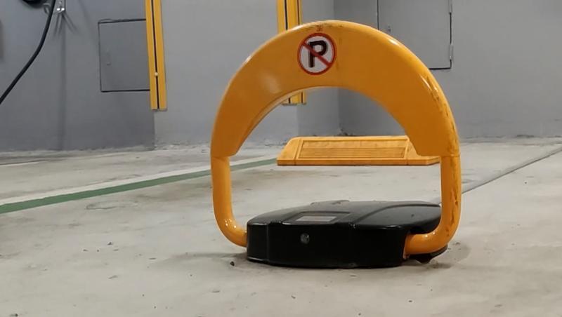 北市公有停車場逐漸設置地鎖,以防一般汽車占用電動車位。(圖/東森新聞)