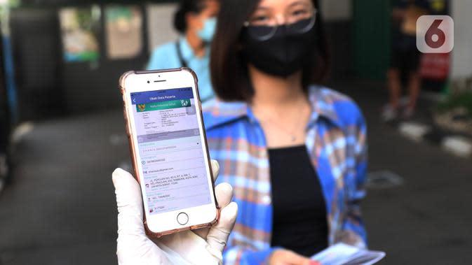 Warga menunjukkan Aplikasi Mobile Jaminan Kesehatan Nasional (JKN) BPJS Kesehatan di Kantor Cabang Kota Tangerang, Rabu (7/1/2020). Iuran BPJS Kesehatan resmi naik per hari ini untuk kelas I menjadi sebesar Rp150.000 dan Rp100.000 untuk kelas II. (Liputan6.com/Angga Yuniar)