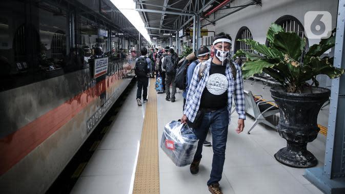 Calon penumpang mengenakan masker dan pelindung wajah di Stasiun Pasar Senen, Jakarta, Jumat (10/7/2020). PT KAI telah mengoperasikan lima perjalanan kereta jarak jauh untuk tujuan Bandung, Cirebon, dan Surabaya mulai Jumat 10 Juli 2020. (Liputan6.com/Faizal Fanani)