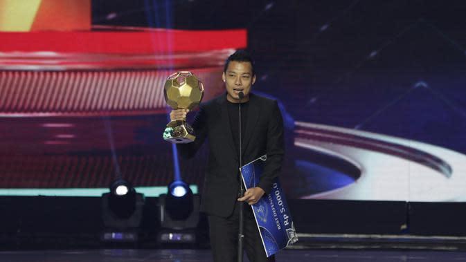 Bek Arema FC, Hamka Hamzah, menerima penghargaan sebagai bek terbaik pada Indonesian Soccer Awards 2019 di Studio Indosiar, Jakarta, Jumat (10/12). Acara ini diadakan oleh Indosiar bersama APPI. (Bola.com/M Iqbal Ichsan)