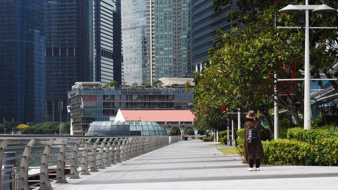 Seorang wanita mengunjungi Marina Bay di Singapura pada 6 Maret 2020. Tempat-tempat wisata utama di Singapura sepi dari turis di tengah epidemi virus corona COVID-19. (Xinhua/Then Chih Wey)