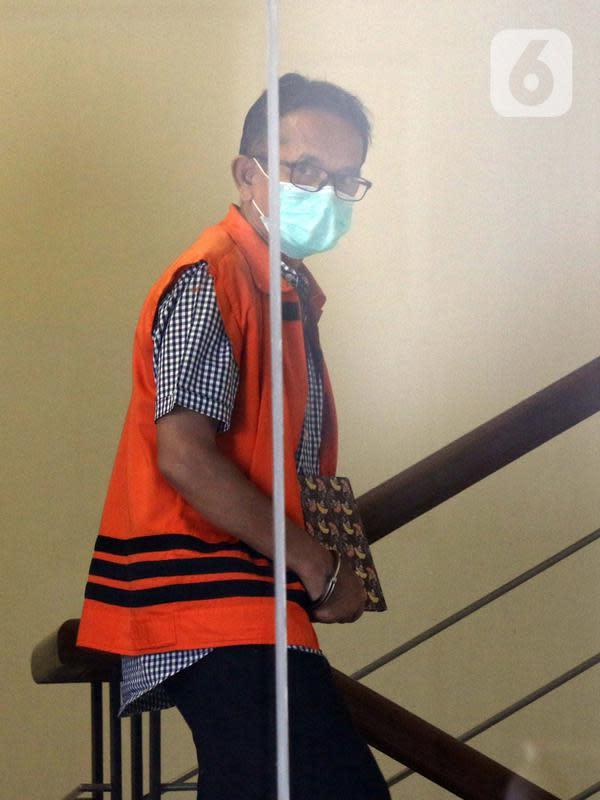 Mantan Direktur Utama PTDI, Budi Santoso menuruni anak tangga Gedung KPK Jakarta, Senin (7/9/2020). KPK memperpanjang masa penahanan Direktur Utama PTDI, Budi Santoso. (Liputan6.com/Helmi Fithriansyah)