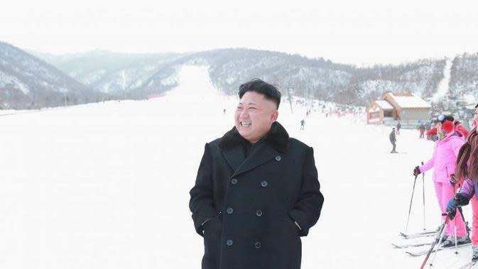 Pemimpin Korea Utara Kim Jong-un sedang mengunjungi resor ski Masik Peak, di Kota Wonsan, Provinsi Kangwon, Korea Utara. (KCNA)