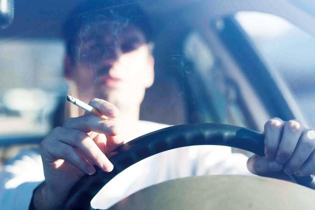 在車上吸菸 汽車價值可能慘跌2,000英鎊