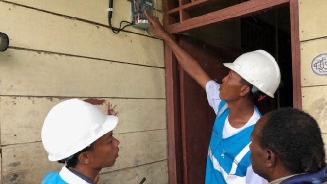 Petugas PLN memasang listrik di rumah warga di Desa Parauto, Nabire, Papua Barat. (Vina A. Muliana/Liputan6.com)Petugas PLN memasang listrik di rumah warga di Desa Parauto, Nabire, Papua. (Vina A. Muliana/Liputan6.com)