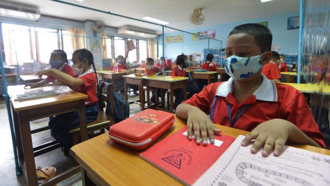 Para siswa yang memakai masker terlihat pada jam istirahat di sebuah sekolah di Bangkok, Thailand (1/7/2020). Sekolah-sekolah di Thailand telah dibuka kembali pada Rabu (1/7). (Xinhua/Rachen Sageamsak)