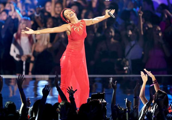 Rihanna Wins Top Prize at Tame MTV VMAs