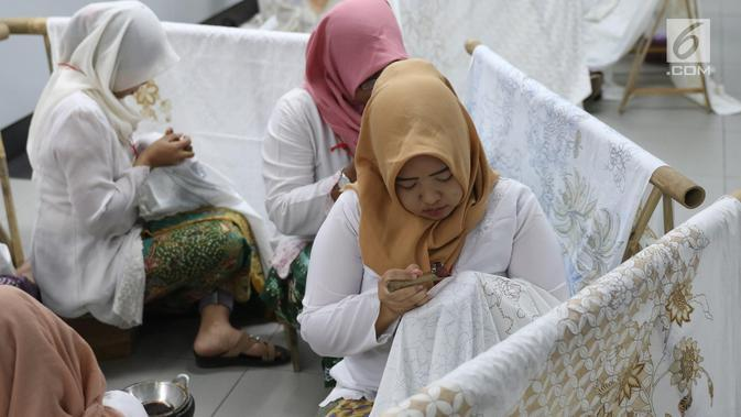 Pengrajin tengah membatik di Stasiun MRT Bundaran HI, Jakarta, Kamis (1/8/2019). Pada acara batik kemerdekaan tersebut para pengrajin membatik pada kain sepanjang 74 meter. Angka 74 disesuaikan dengan usia Republik Indonesia yang akan dirayakan 17 Agustus mendatang. (Liputan6.com/Angga Yuniar)
