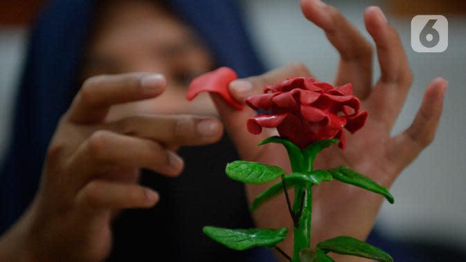 Perajin bunga sabun, Irniyuniati sedang membuat bunga mawar dari sabun batangan yang sudah diolah di Perumahan Bukit Indah, Ciputat, Tangerang Selatan, Banten, Jumat (2/10/2020). (merdeka.com/Dwi Narwoko)