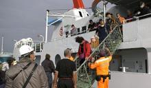 潮差過大 金門包船接駁船梯險成溜滑梯