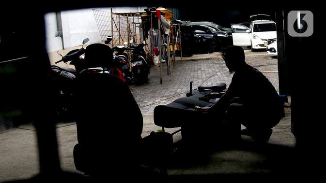 Pekerja membersihkan jok mobil yang terkena banjir di bengkel Detailing, Shop, Garage (DSG) di kawasan Pondok Pinang, Jakarta, Kamis (9/1/2020). Pascabanjir yang melanda Jakarta pada 1-3 Januari lalu, tercatat 35 mobil memasuki bengkel ini untuk diperbaiki. (merdeka.com/Arie Basuki)
