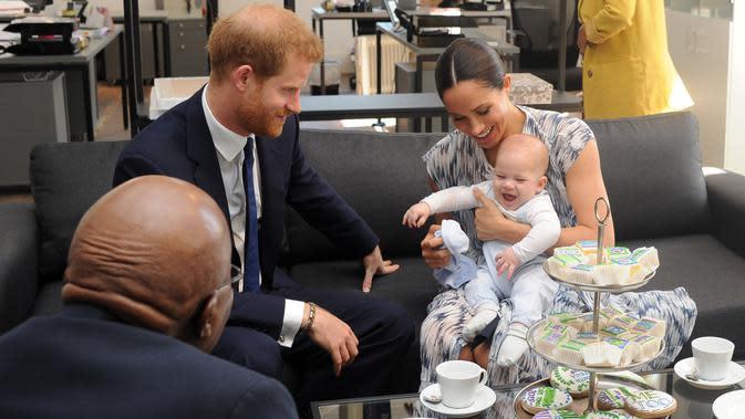Meghan Markle, Pangeran Harry, dan Archie saat tur kerajaan di Afrika Selatan. (HENK KRUGER / POOL / AFP)