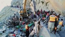 巴基斯坦北部山崩 落石砸中巴士釀16死慘劇